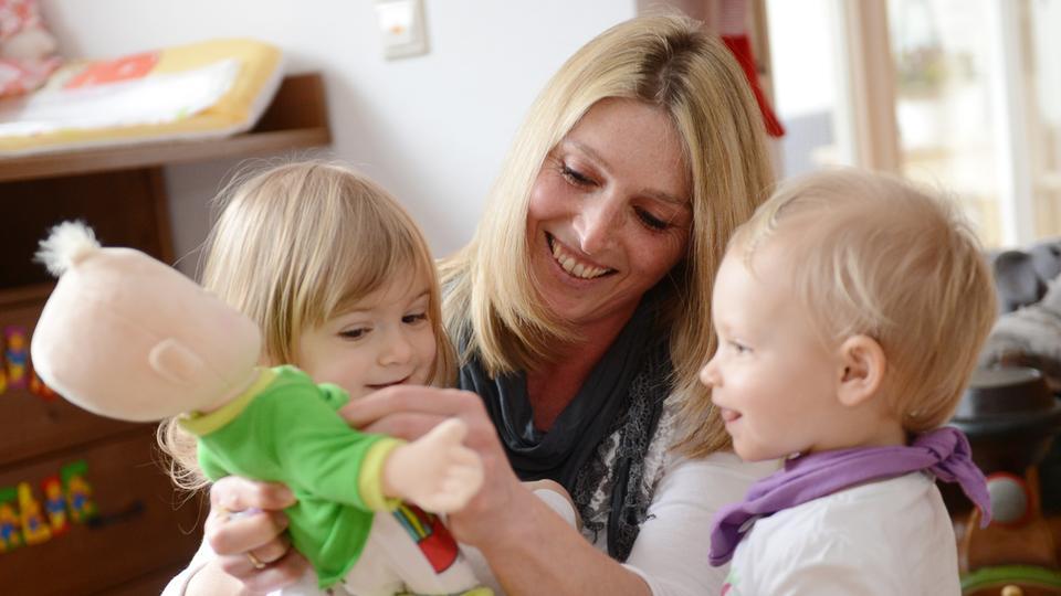 Tagesmutter mit zwei kleinen Kindern