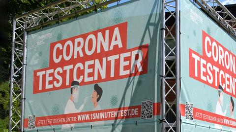 """Ein Aufsteller mit dem Schriftzug """"Corona-Testcenter""""."""