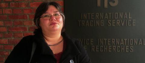 Tamara Dziura aus Wolfhagen vor dem Eingang des Internationalen Suchdiensts in Bad Arolsen