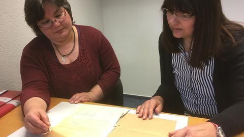 Tamara Dziura (links) beim ITS in Bad Arolsen mit Suchdienst-Mitarbeiterin Gabriele Zander-Knoche