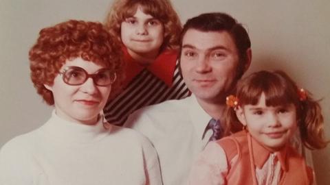Tamara Dziura als Mädchen mit ihrer Schwester und ihren Eltern auf einem Foto von 1977