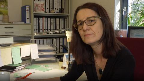 Geschäftsführerin der TelefonSeelsorge Nordhessen, Salome Möhrer-Nolte, in ihrem Büro.
