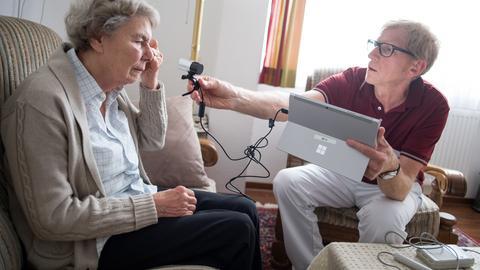 Telemedizin in Gießen: Ein Arzt zeigt einem anderem via Webcam eine Hautveränderung bei einer Patientin