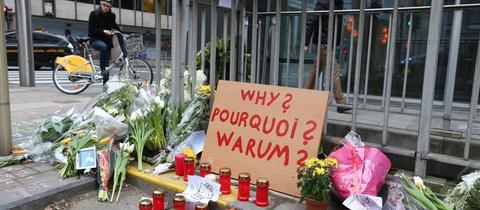 Blumen und Kerzen an der Brüsseler U-Bahn-Station Maelbeek