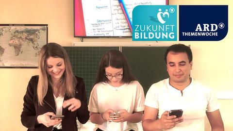 Digitaler Unterricht in der Marienschule in Fulda: Lehrer und Schülerinnen bei der Handynutzung
