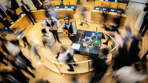 Gemeindemitglieder laufen tanzend und klatschend in der Offenbacher Synagoge im Kreis, während die neue Thora in den Raum getragen wird