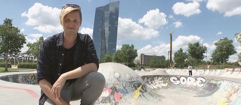 Timo Becker an der Skate-Anlage im Osthafen vor der EZB