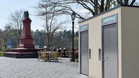 Das Toilettenhäuschen neben dem Denkmal in Weilburg.
