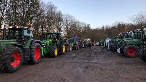 Die Traktor-Kolonne in Wiesbaden startete nahe des Jagdschlosses.