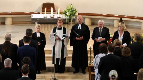 Propst Oliver Albrecht, Ministerpräsident Volker Bouffier und Bürgermeisterin Brigitte Bannenberg beim Trauergottesdienst in Glashütten für den am Frankfurter Hauptbahnhof getöteten Jungen