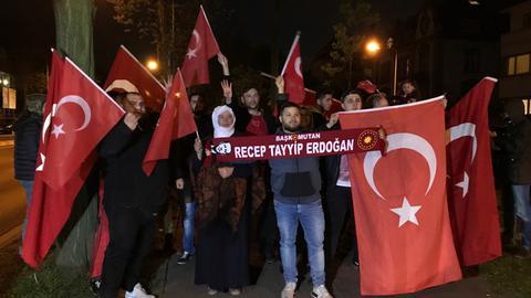 Feiernde Erdogan-Anhänger vor dem türkischen Generalkonsulat in Frankfurt
