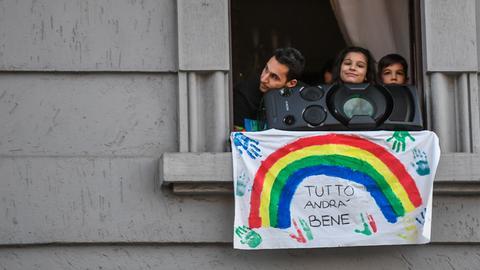 """Musik und der Slogan """"Tutto andra bene"""" (dt. Alles wird gut werden): Szene aus Mailand."""