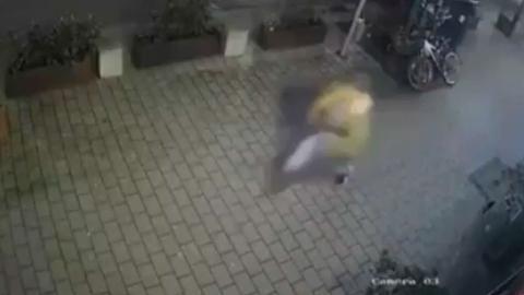 Das Überwachunsgvideo zeigt den Attentäter Tobias R. wie er vom Heumarkt flüchtet.
