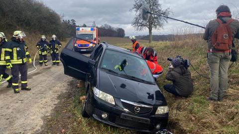 Das Deutsche Rote Kreuz und die Feuerwehr üben am Rande von Nidda-Fauerbach den Einsatz bei einem Autounfall