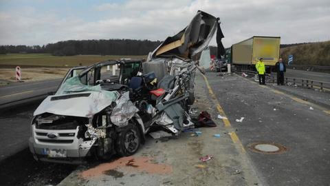 Der Kleintransporter wurde bei dem Zusammenprall mit dem Lkw völlig zerstört.