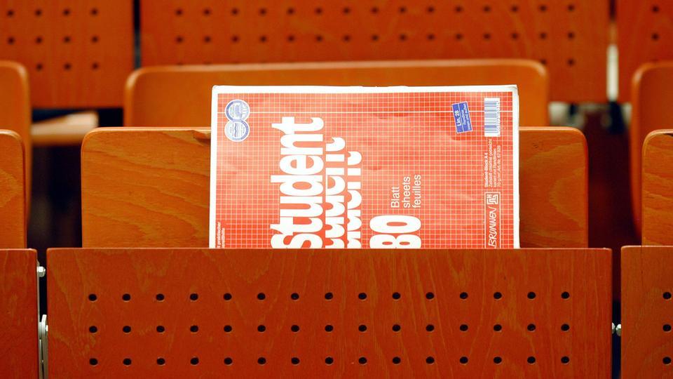 Ein Collegeblock in einem Hörsaal der Universität Kassel.