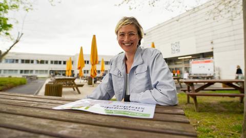Doktorandin Johanna Munzel vor einer Mensa der Uni Gießen