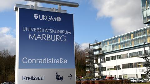 Wegweiser zum Kreißsaal der Uniklinik Marburg