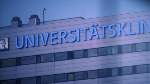 Schriftzug auf dem Haupthaus des Universitätsklinikums Frankfurt