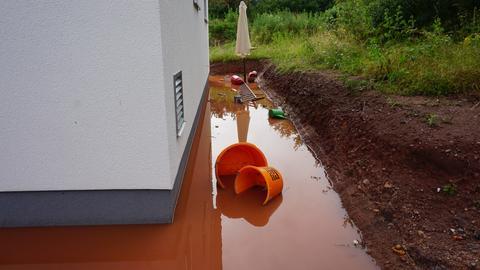Vor einem Haus in Messel (Darmstadt-Dieburg) steht das Wasser.