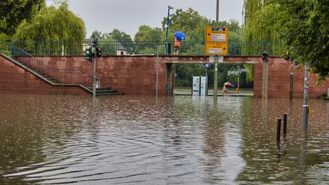 Eine Straße in Offenbach ist überflutet.