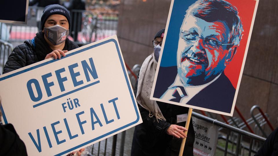 Mit Schildern und Plakaten erinnern Demonstranten vor dem Landgericht an den Kasseler Regierungspräsidenten Lübcke.