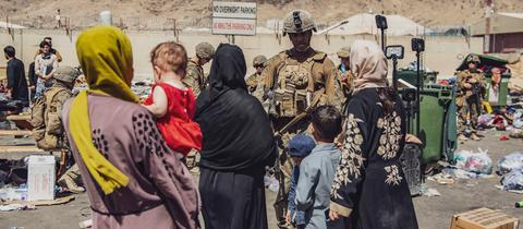 US-Soldaten und Evakuierte am vergangenen Samstag (28.08.) am Flughafen Kabul.