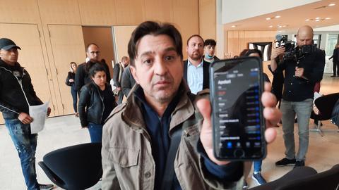 Niculescu Păun zeigt das Handy seines erschossenen Sohnes