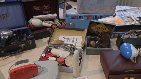 Dildos aus mehreren Jahrzehnten in Nadine Becks Büro.
