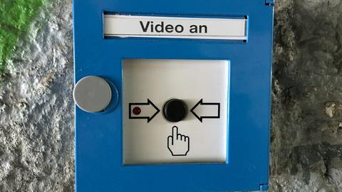 Mit diesem Knopf wird die Videoaufnahme aktiviert.