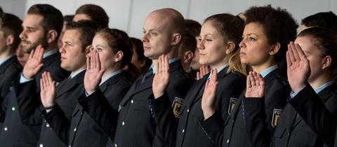 Junge Polizisten bei ihrer Vereidigung am Frankfurter Flughafen
