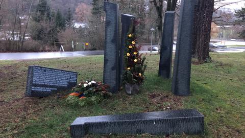 Kleine Gedenkstätte am Eingang der Vitos-Klinik in Weilmünster