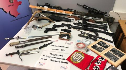 Waffen und Nazi-Devotionalien liegen auf einem Tisch bei der Polizei