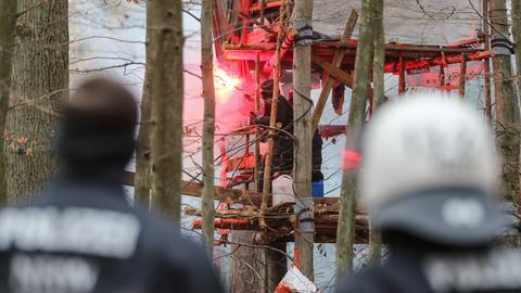 Waldbesetzer mit Pyrotechnik in der Hand