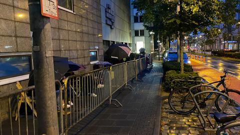 Warteschlange vor dem Gerichtsgebäude in Frankfurt