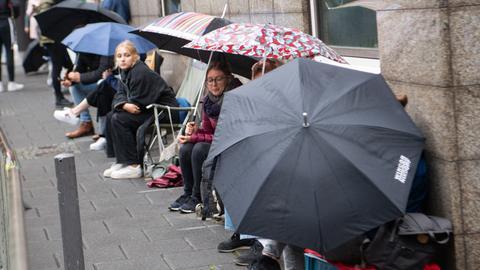 Ausharren im Regen: Warteschlange vor dem Gerichtsgebäude in Frankfurt.