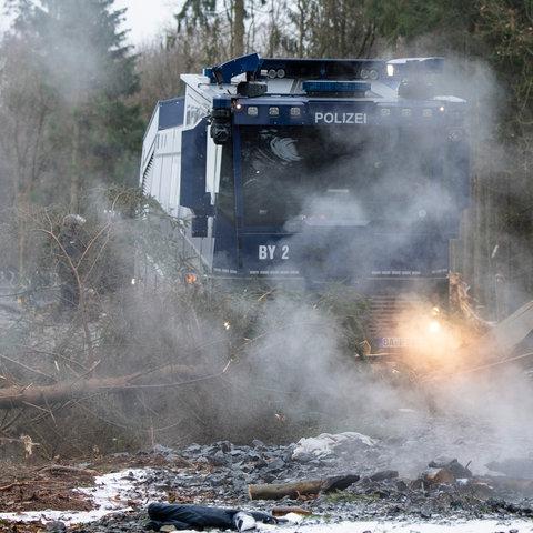 Wasserwerfer im Dannenröder Forst im Einsatz