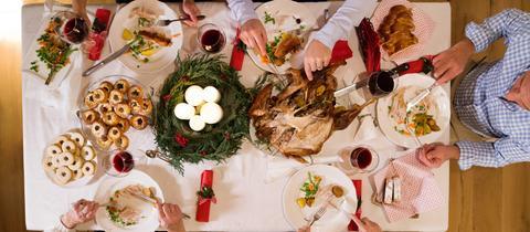 Blick auf geschmückte Weihnachtstafel mit festlichem Essen