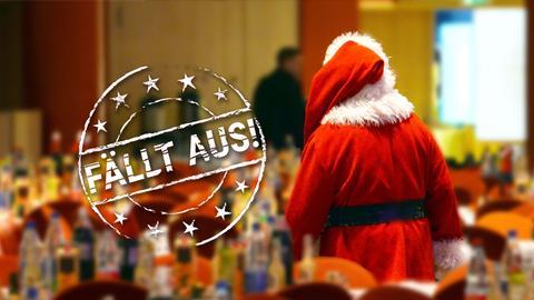 Ein verkleideter Weihnachtsmann verlässt einen großen, geschmückten Saal