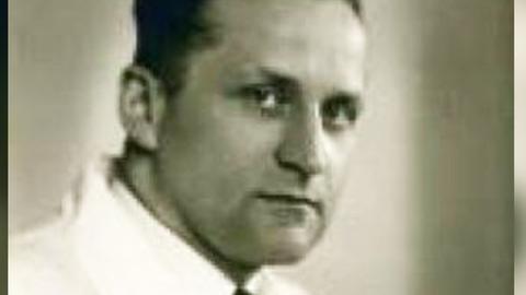 Schwarz-Weiß-Portrait eines etwa 40-jährigen Mannes