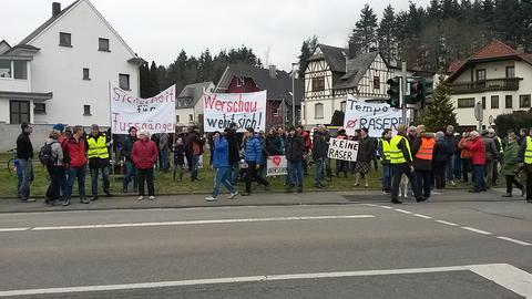 Einwohner in Werschau fordern auf Plakaten mehr Sicherheit für Fußgänger