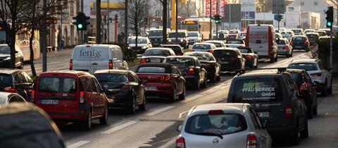 Autos fahren die Schiersteiner-Straße in Wiesbaden entlang.