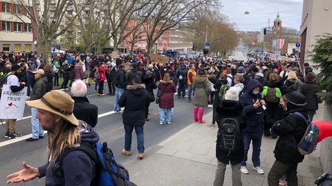 Querdenker demonstrieren in Wiesbaden gegen die Corona-Maßnahmen.