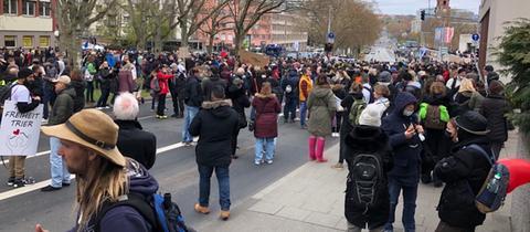 Demonstrierende Menschen  in Wiesbaden auf der Straße.