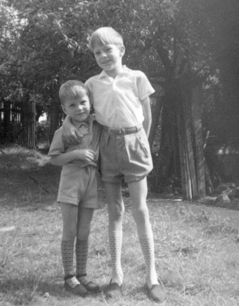 Willi Schmidt (rechts) als Kind mit seinem Bruder.