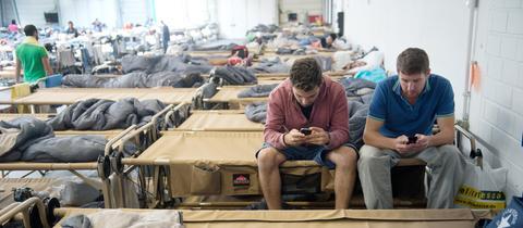 Flüchtlinge mit Handy