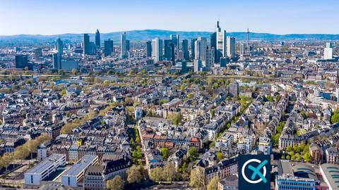 Frankfurt aus einer fernen Vogelperspektive fotografiert. Die Skyline und die umgebende Landschaft ist zu sehen.