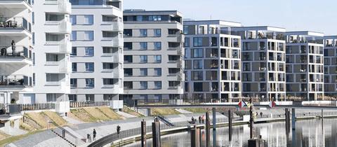 Die Promenade des neuen Offenbacher Hafen-Wohn- und Gewerbeviertels - umrahmt von vielen mehrstöckigen Wohngebäuden.