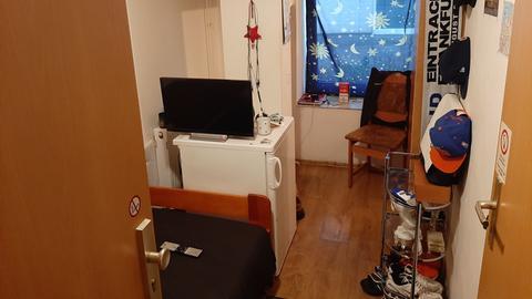 Ein kleines Zimmer in einer Unterkunft für Wohnungslose.