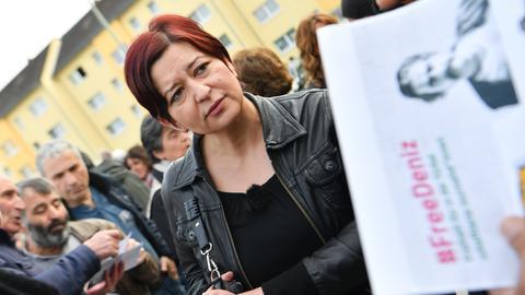 Ilkay Yücel, Schwester des in der Türkei inhaftierten Journalisten Deniz Yücel am Donnerstag bei einer Mahnwache vor der Stadthalle in Flörsheim